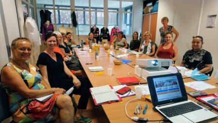 Groupe de femmes autour d'une table